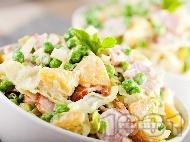Салата от варени картофи, айсберг, грах и пилешко филе и дресинг от кисело мляко и горчица